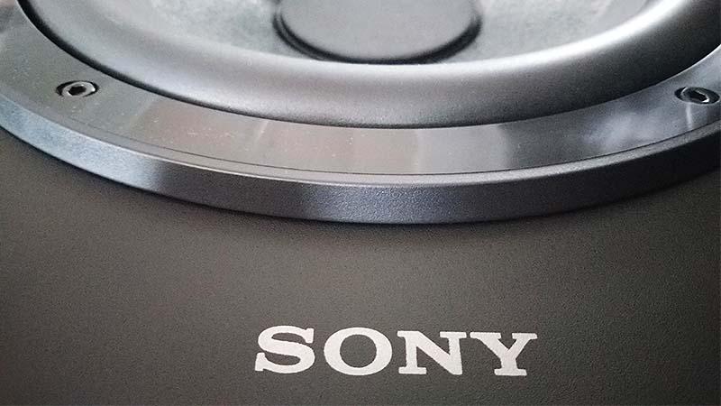 Логотип Sony на корпусе сабвуфера
